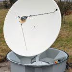 陸上アンテナからラドームを取り外し、1.5mのパラボラアンテナ、スカラフィードホーン、LNBを表示