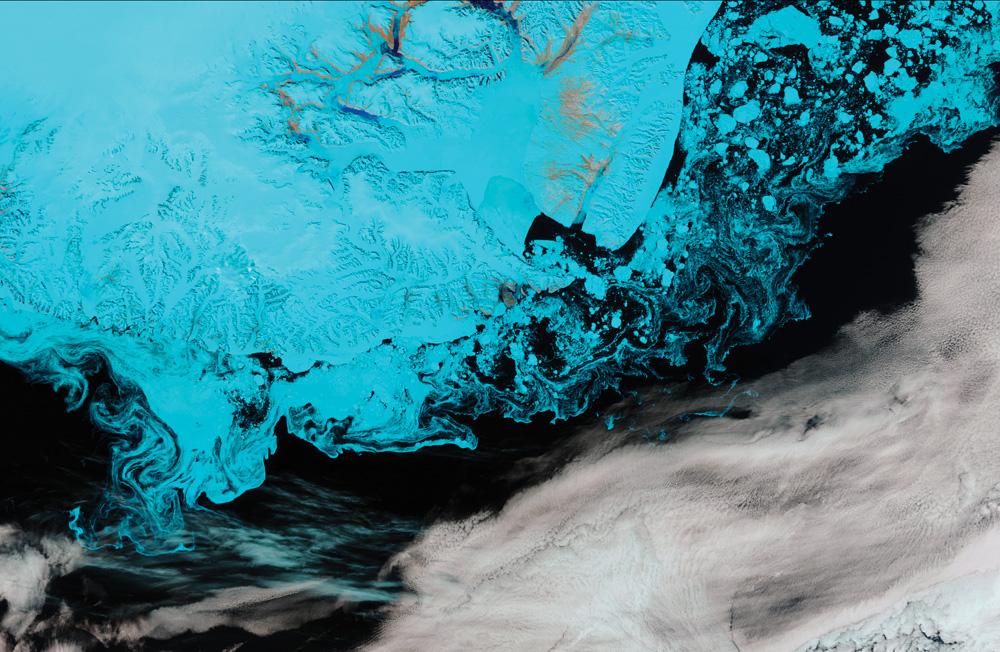 Suomi-NPP VIIRS 375m分解能のフォールスカラー画像で、グリーンランド南部沖の氷山、海煙、汽水域の氷を観測