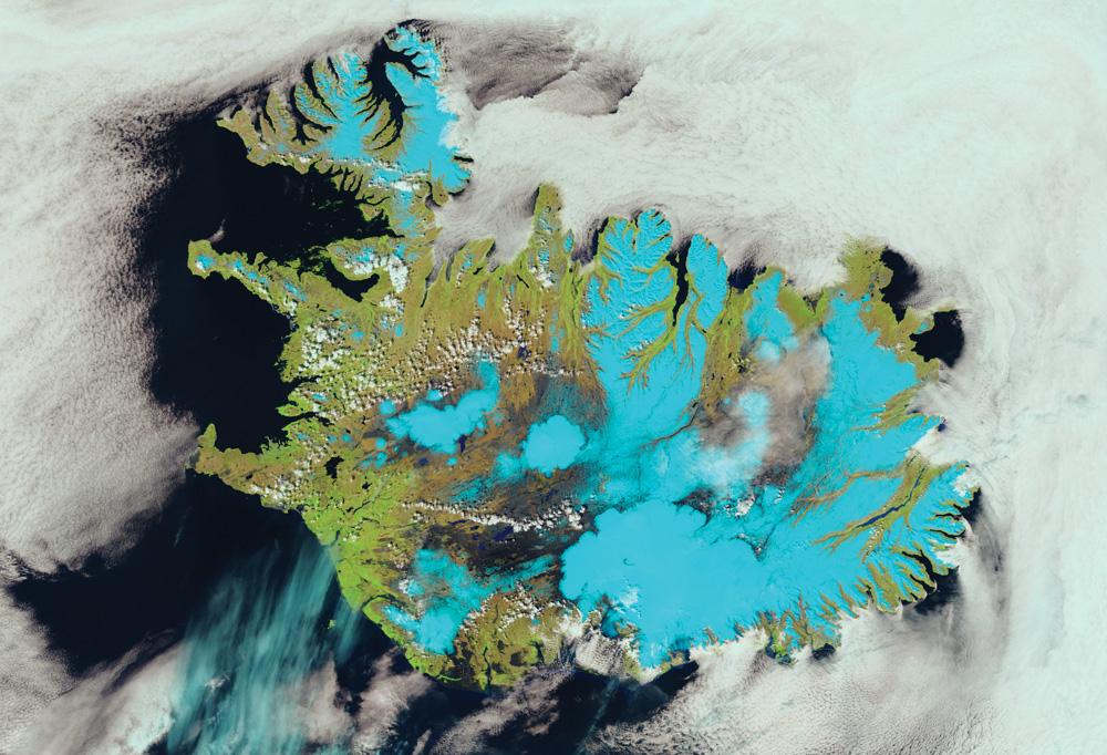 Suomi-NPP VIIRS 375m分解能のフォールスカラー画像で、アイスランドの氷と雪が青みを帯びて見える